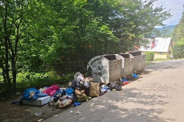 V rekreačnej oblasti pri Ružíne ostáva po vynesení kontajnerov v ich okolí množstvo odpadu.