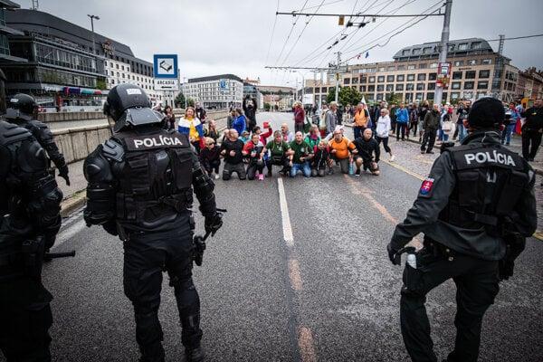 Protesty doteraz narušili niekoľkominútové blokácie ciest.