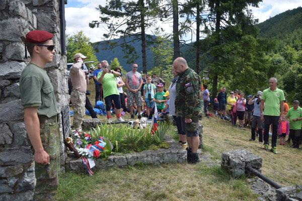 Výstup na Panošinu nie je len turistickou akciou, účastníci si uctili aj pamiatku padlých hrdinov SNP.
