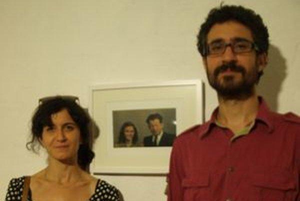 """Adéla a Džian Babanovci pri fotografii svojich prarodičov, """"prerobenej"""" na svadobnú fotku Tringovcov."""