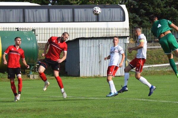 Veľké Ludince porazili Kalnú nad Hronom 4:2. Druhý zľava v červenom drese Marek Sperka, autor dvoch gólov.