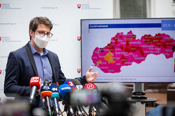 Na snímke riaditeľ Inštitútu zdravotných analýz Matej Mišík počas tlačovej konferencie k aktuálnym opatreniam v súvislosti s COVID-19 platným od budúceho týždňa a aktualizácii covid automatu.