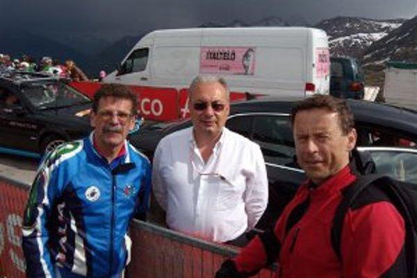 V cieli na Grossglockneri V. Došek, predseda Cyklo Klubu Nitra, A. Zomegnan, gen. riaditeľ Giro a J. Wachal, sponzor klubu.