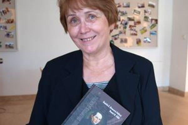 Daniela Hroncová Faklová so svojou najnovšou knihou o Sládkovičovi.