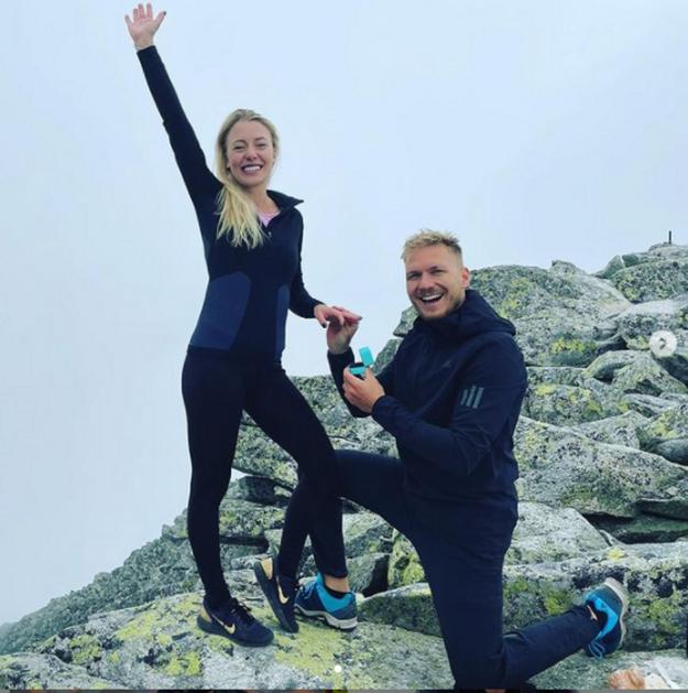 """Kde inde ako v Tatrách žiada o ruku Tatranec? Adam Žampa pokľakol na Slavkovskom štíte a vo výške 2 452 metrov počul: """"Áno!"""