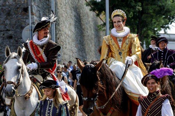 Korunovačný sprievod z Bratislavského hradu na Hlavné námestie počas Bratislavských korunovačných dní.