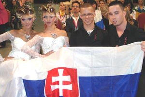 Sprava Lukáš Očenáš a Sean Kasumovič so svojimi modelkami tesne po víťazstve v Dubline.