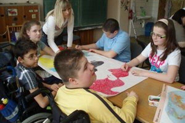 Počas Dňa Zeme deti kreslil a maľovali na tému ochrany prírody.