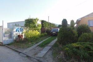 Továreň a dom na Mlynskej ulici delí iba plot.