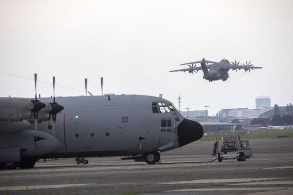 Lietadlá opúšťajúce letisko v Kábule.