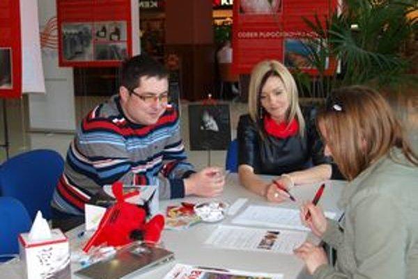 Návštevníčkam radili gynekológ Martin Urban a regionálna manažérka Ceptry Gabriela Vrábelová.