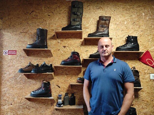 Vladimír Makara vyrába ručne šité topánky pre turistov, horolezcov, lesníkov aj poľovníkov od roku 2004.