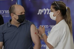 Izraelského premiéra Naftala Bennetta očkovali vo verejnej nemocnici v meste Kfar Saba.