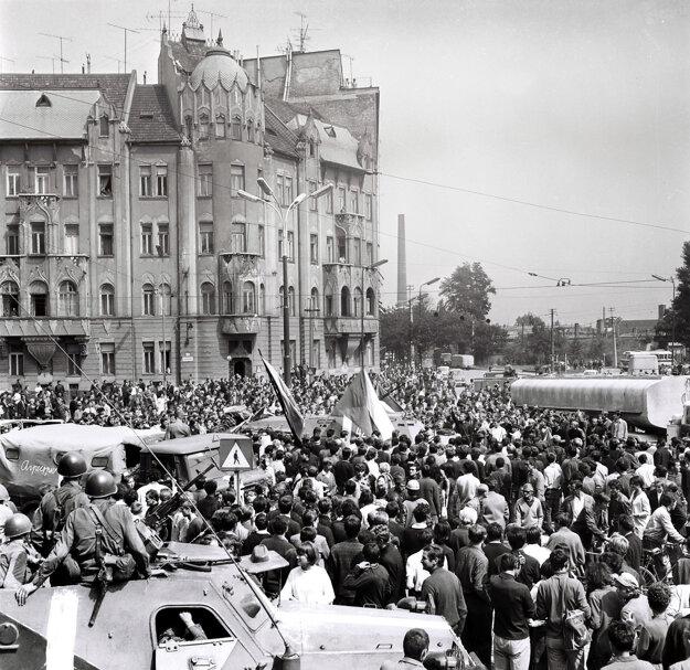Rozhorčený dav ľudí na Šafárikovom námestí v Bratislave, 21. august 1968
