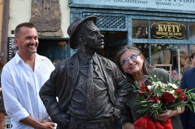 Odhalenie sochy Jozefa Kronera alias Tóna Brtka. Autor sochy Jozef Karniš a Zuzana Kronerová.