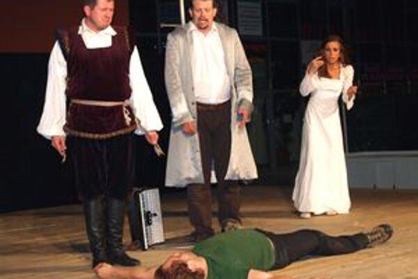 Túlavé divadlo Jakuba Nvotu sa predstavilo na mestskej tržnici. Odohralo predstavenie Rómeo, Júlia a vírus.