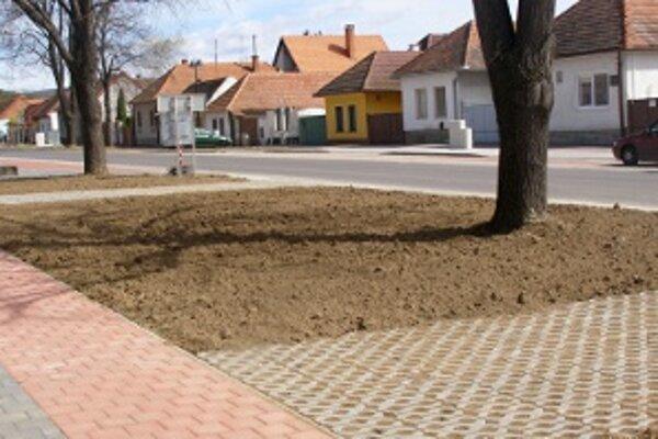 Hlavná ulica. Sem doviezli bomby z inej dediny.