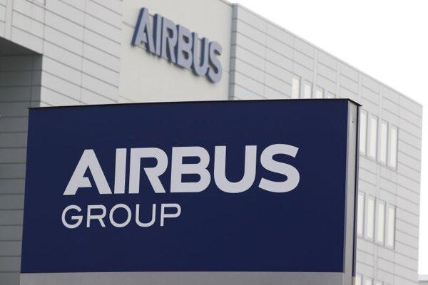Logo spoločnosti Airbus pred budovou závodu v Brémach.