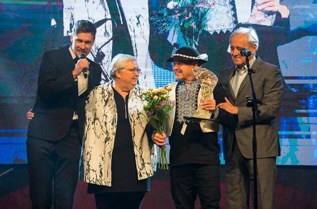 Jaroslav Moravčík (druhý sprava) pri preberaní ocenenia Brusnianska Brusnica.
