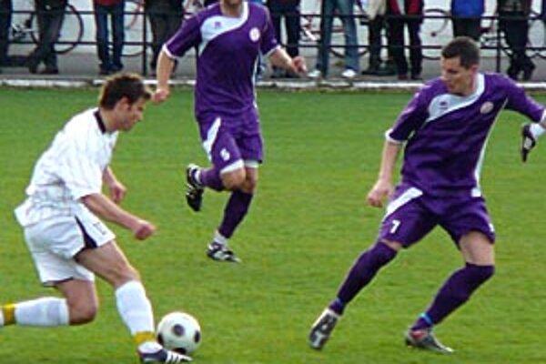 Štúrovo hralo s Komárnom 1:1, zľava Tóth, Lérant a Podlucký.