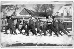 Nácvik zostavy spartakiády v Zákamennom zroku 1958.