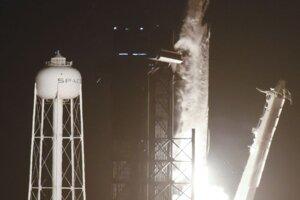 Štart lode Dragon spoločnosti SpaceX z Kennedyho vesmírneho strediska na Floride.
