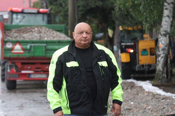 V Imeli vládne čulý pracovný ruch. Takto nám starosta František Tyukos zapózoval pred rozostaveným parkoviskom pred školou.