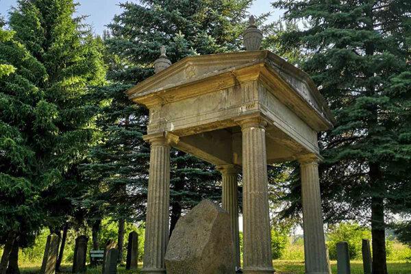 Hrobka rodiny Heumann atorzo židovského cintorína.