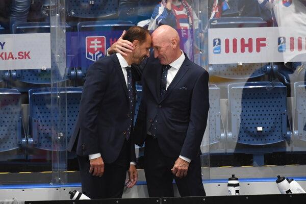 Tréner slovenskej hokejovej reprezentácie Craig Ramsay a jeho asistent Ján Pardavý sa tešia z postupu na ZOH 2022 do Pekingu.