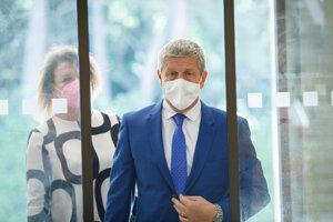 Minister zdravotníctva SR Vladimír Lengvarský počas príchodu na rokovanie 27. schôdze vlády SR.