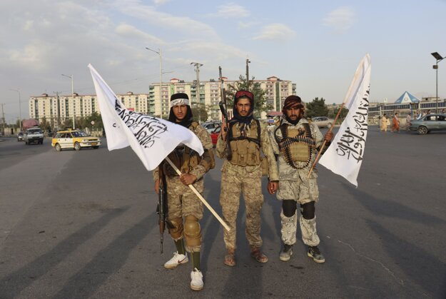 Bojovníci Talibanu s vlajkami v Kábule.