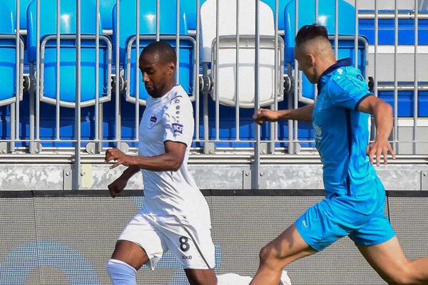 Prvý gól Nitry v Partizánskom strelil Louis Pedro (v bielom).