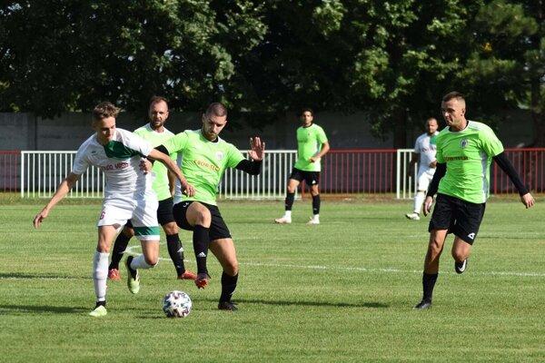 Hráči Jelky (v zelenom) si pripísali ďalšie vysoké víťazstvo.