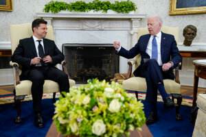 Ukrajinský prezident Volodymyr Zelenskyj (vľavo) a americký prezident Joe Biden.