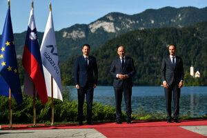 Na snímke zľava slovenský premiér Eduard Heger (OĽANO), slovinský premiér Janez Janša a slovinský minister zahraničných vecí Anže Logar počas príchodu na 16. ročník strategického fóra v slovinskom Blede.