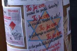 Výstava zobrazuje dobové propagandistické protižidovské nápisy a plagáty.