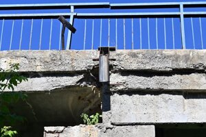 Most pri obci Sirník je vážne poškodený. Práce na jeho oprave meškajú približne mesiac.