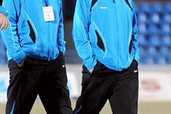 Cyril Stachura (vpravo) pripravuje mužstvo FC Nitra na sobotňajší zápas proti Dubnici spolu s Igorom Demom.