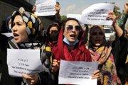 Afganky v uliciach Kábulu demonštrujú za svoje práva. Taliban ich po prebratí moci odstavuje a utláča.