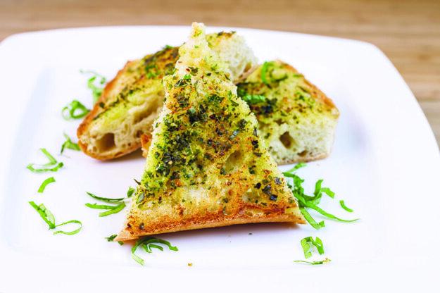 Syrovo-cesnakový chlieb.