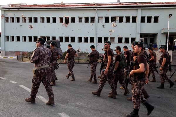 Príslušníci špeciálnych síl tureckej polície.