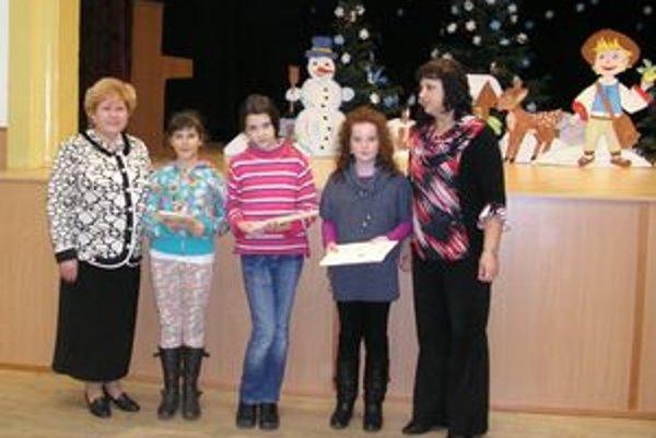 V strede víťazky druhej kategórie, vľavo Mária Miháliková, vpravo Anna Kuklová. Výzdobu scény s postavou šalianskeho Maťka robila učiteľka MŠ Čakajovce Mária Danišíková.