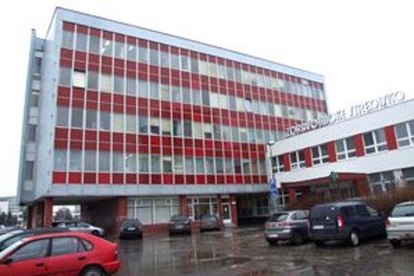 Výšková budova je zložená z panelov, ktorých súčasťou je azbest.