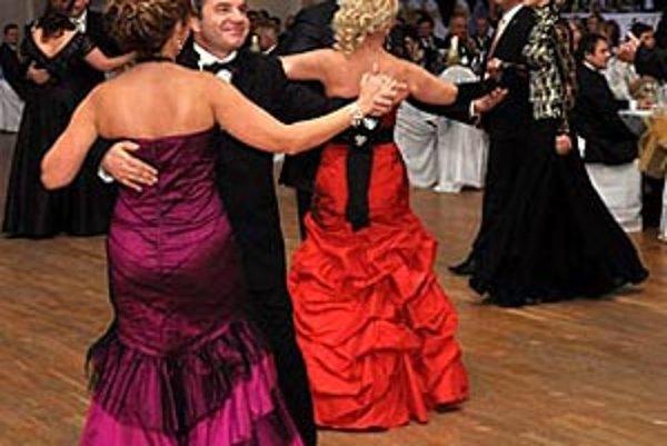 Pri prvom tanci udali tón majitelia klubu s manželkami. V popredí Jiří Magyar s manželkou Dankou.