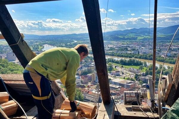 Strechu na Matúšovej veži vymieňa osem výškových pracovníkov.