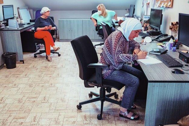 Karin Atassiová a Naďa Khouderová pracujú na magistráte s arabskými rodinami.
