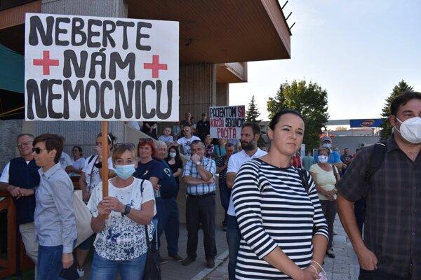 Na námestie do Vranova nad Topľou prišli protestovať obyvatelia okresu.