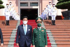 Japonský minister obrany Nobuo Kiši sa stretol s vietnamským rezortným kolegom Phan Van Giangom.