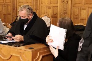 Alena Zsuzsová a jej obhajca Štefan Neszméry na Špecializovanom trestnom súde v prípade vraždy exprimátora Hurbanova Lázslóa Basternáka.
