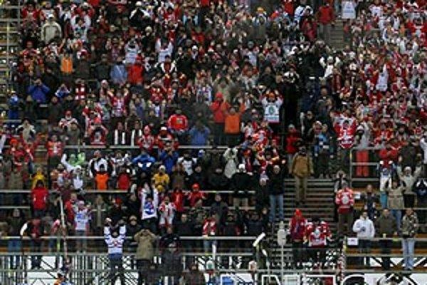 Aj Branislav Mezei (druhý zľava s č. 26) ďakoval fanúšikom Pardubíc po víťaznom zápase pod šírym nebom.